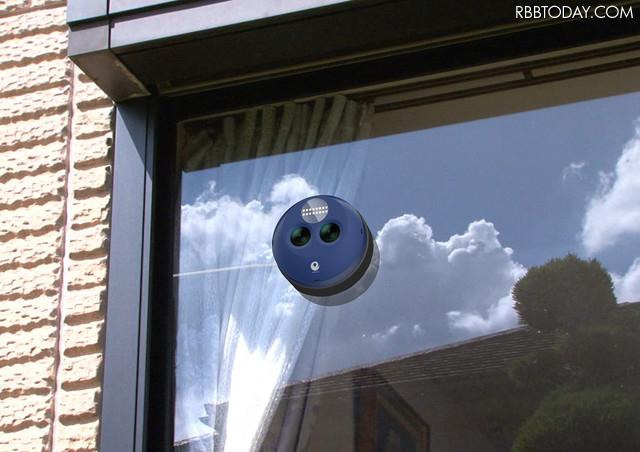 ワイヤレス給電に加え、窓ガラスを挟んでマグネットにより設置できるため取り付け工事は不要。本体はカーボンと特殊プラスチックで軽量化を実現(画像はプレスリリースより)