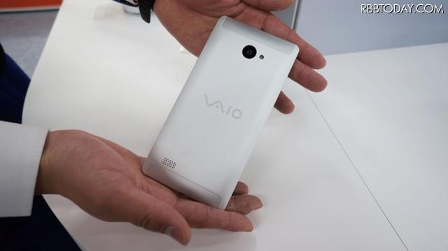 「VAIO Phone Biz」のアルミニウム削り出し筐体。店頭で触って、感触を確かめてほしい