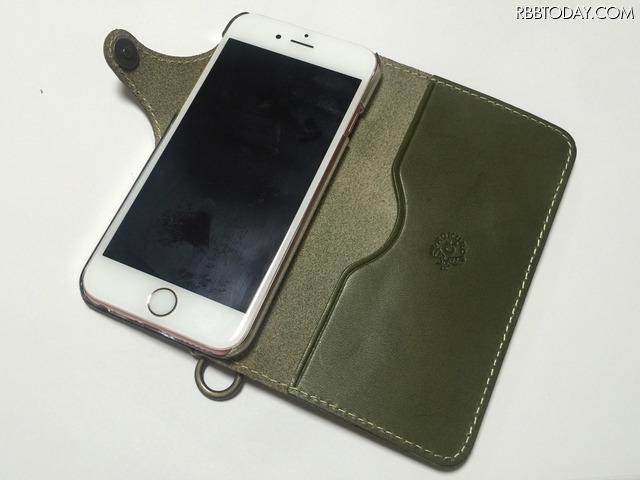 【男のモテケース Vol.5】利き手に合わせてチョイスも。なめらかな本革の手帳型iPhoneケース