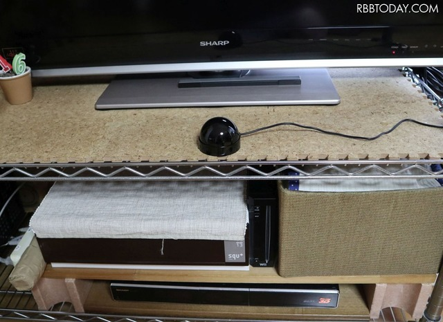 ラックの下段にあるDVDプレーヤーと写真には写っていないが、部屋のエアコンと照明もまとめて操作できる