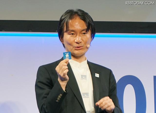 記者発表会の壇上で新端末の特徴やサービスについて石田氏が紹介を行った