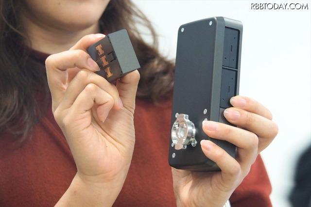 2つのバッテリーパックを任意のタイミングで交換できる仕様。満充電で約2~3ヵ月は使用できる