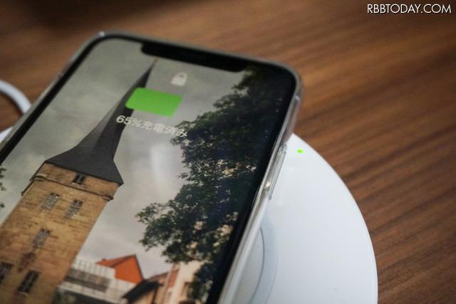 パッドにiPhoneを置くと緑色のLEDランプが光る