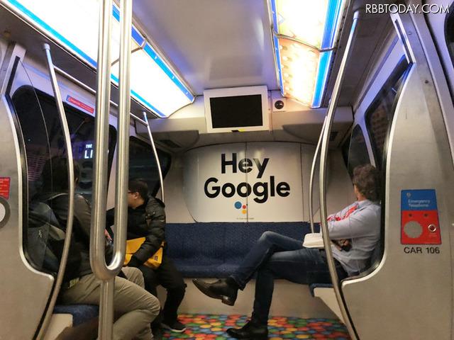 ラスベガスのモノレールにて。車内に大きなグーグルの広告が
