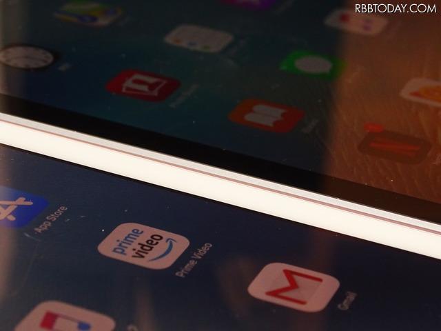 手前側がiPad Proで、奥側が新しいiPad。本体の厚みが1.4mmほど違う