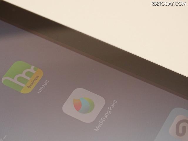 新しいiPadの方はガラス面と液晶パネルとの間にギャップがあるのがわかるだろうか。スペースグレイのモデルは比較的ギャップが目立たない