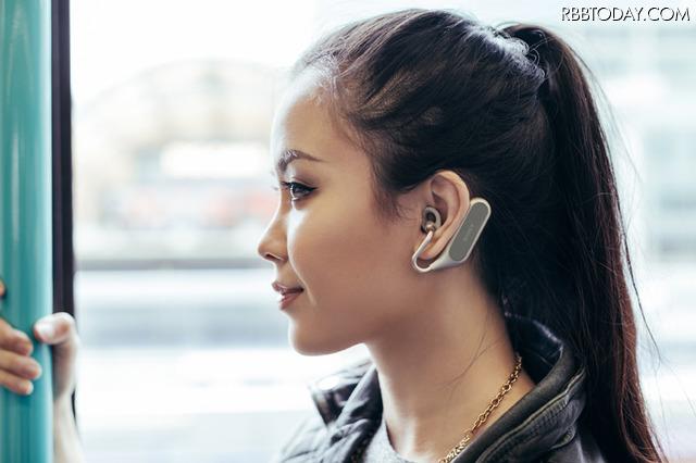 両耳に装着するスマートイヤホン「Xperia Ear Duo」