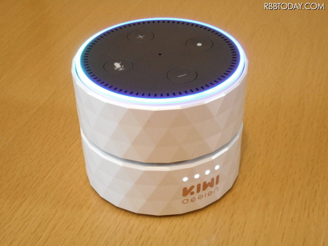 Echo Dot専用の「KIWI design Dot(Newモデル)用充電台バッテリーベース」。裏面に給電用の短いUSBケーブル、電源スイッチ、バッテリー充電用のmicroUSBコネクターを備える