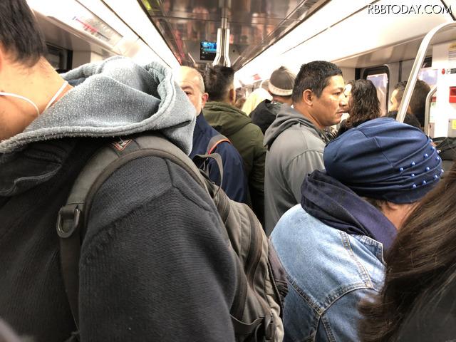 地下鉄の車内はご覧の混みよう。日本の都市部の通勤時間とほとんど変わらない
