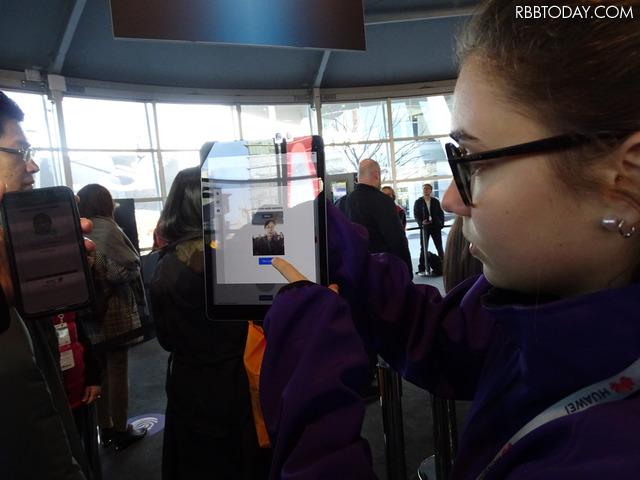 今年は顔認証ゲートが新設された。登録しておかないと毎日・毎入場時にパスポートの提示を求められるので、ぜひ登録したい